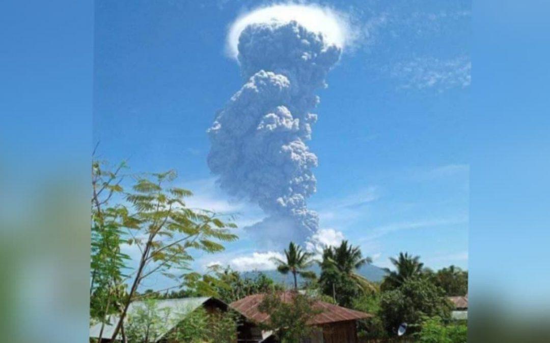 Impresionantes imágenes de la erupción del volcán Lewotolo, en Indonesia