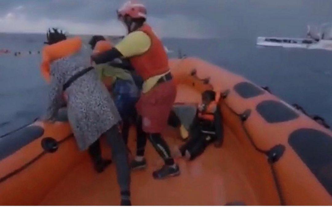 El grito desgarrador de una madre que ha perdido a su bebé tras un naufragio