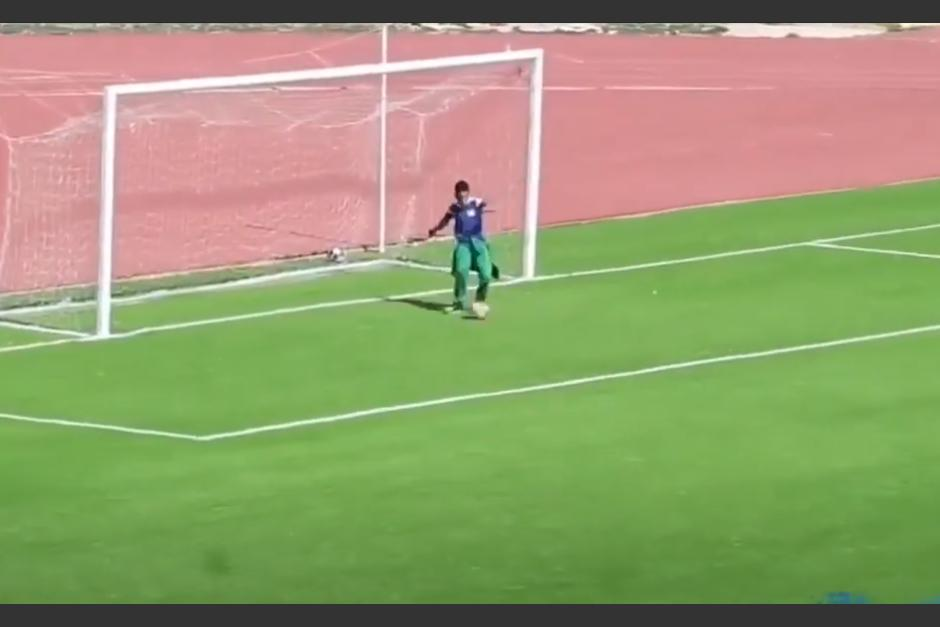 Niño «alcanzabolas» evita un gol decisivo y se viraliza