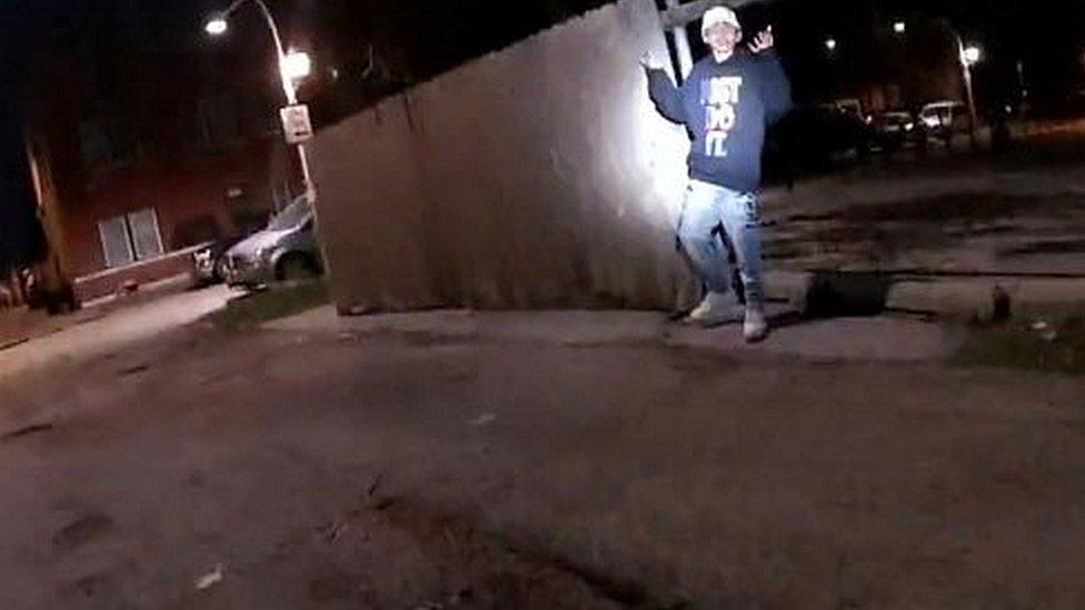 Indignación en EE.UU. Se graba cómo un policía mata a joven de 13 años con las manos en alto.
