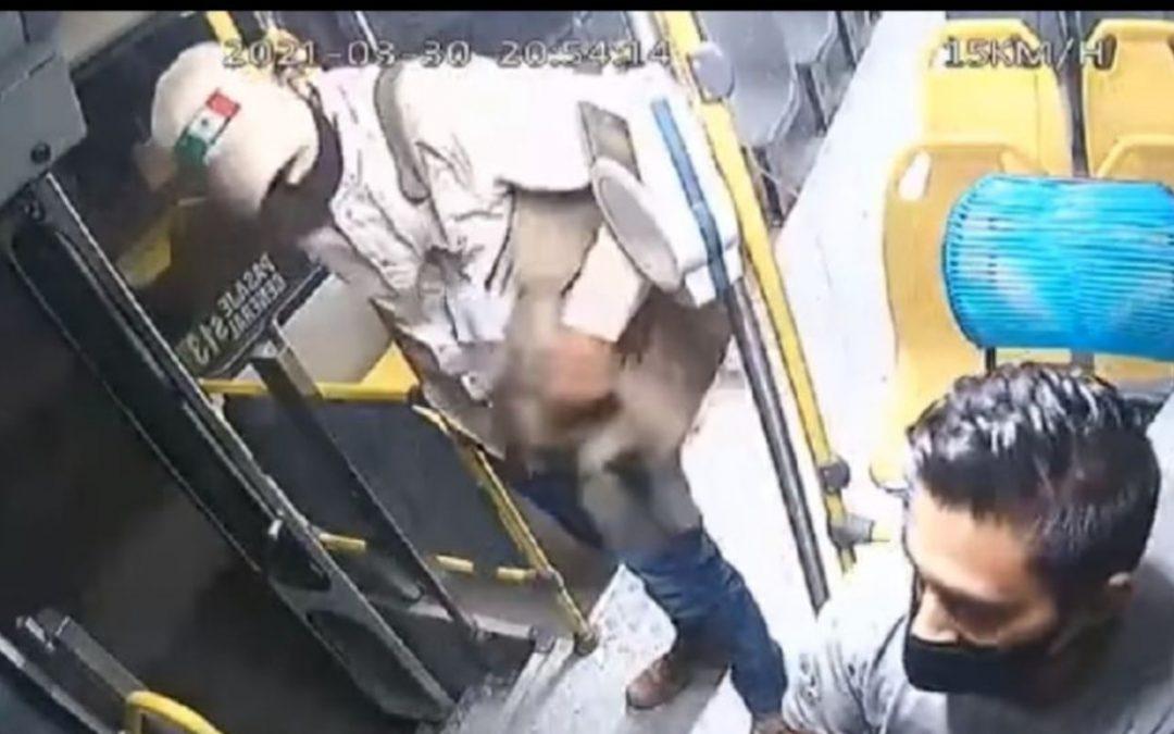 Chofer de autobús arroja a asaltante por la puerta para evitar robo