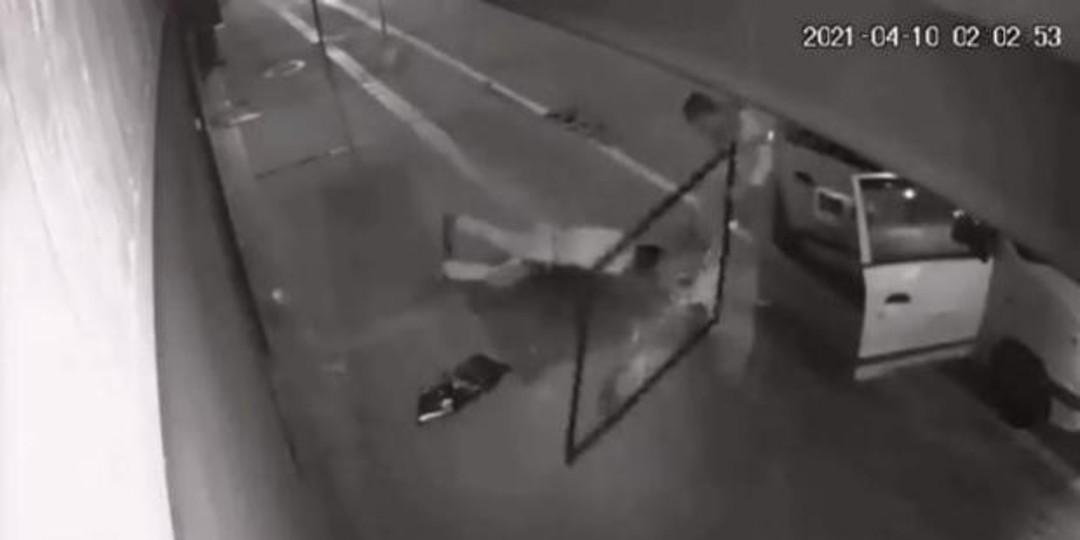 Ladrón cae de un segundo piso mientras roba y sus cómplices se lo llevan inconsciente
