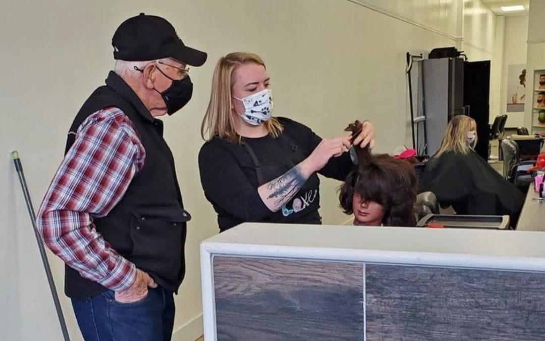 El tierno gesto de amor de un anciano: va a una peluquería para aprender a rizar el pelo a su mujer