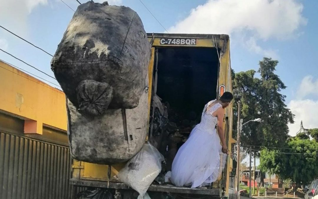 El recolector de basura que portó un vestido de novia mientras trabajaba