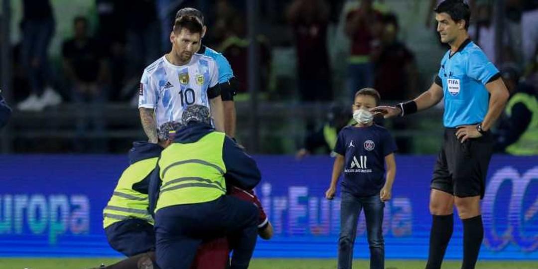 Niño venezolano ingresa al campo y logra abrazar a Leo Messi